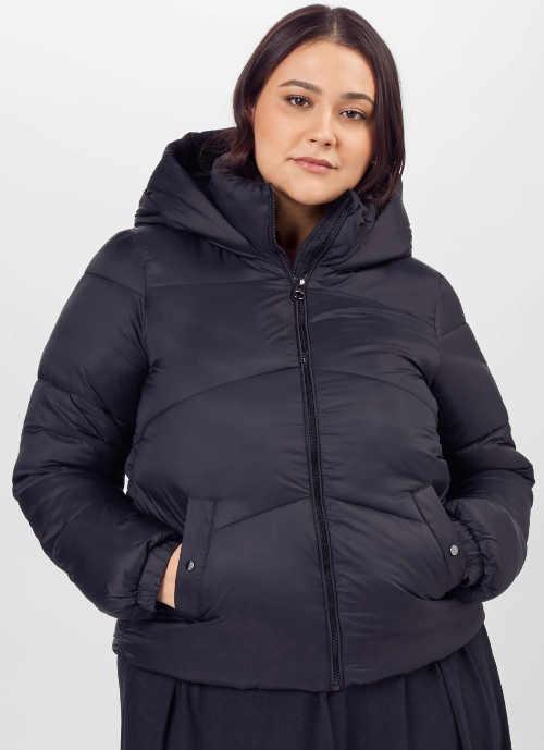 Fekete steppelt téli kabát a plusz méretért