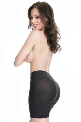 Hatékonyan formáló női rövidnadrág, fekete ruházat alatt