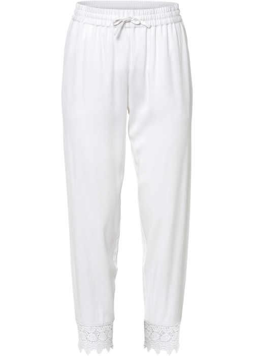 Fehér nadrág kényelmes 3/4-es hosszúságban, csipkés szegéllyel