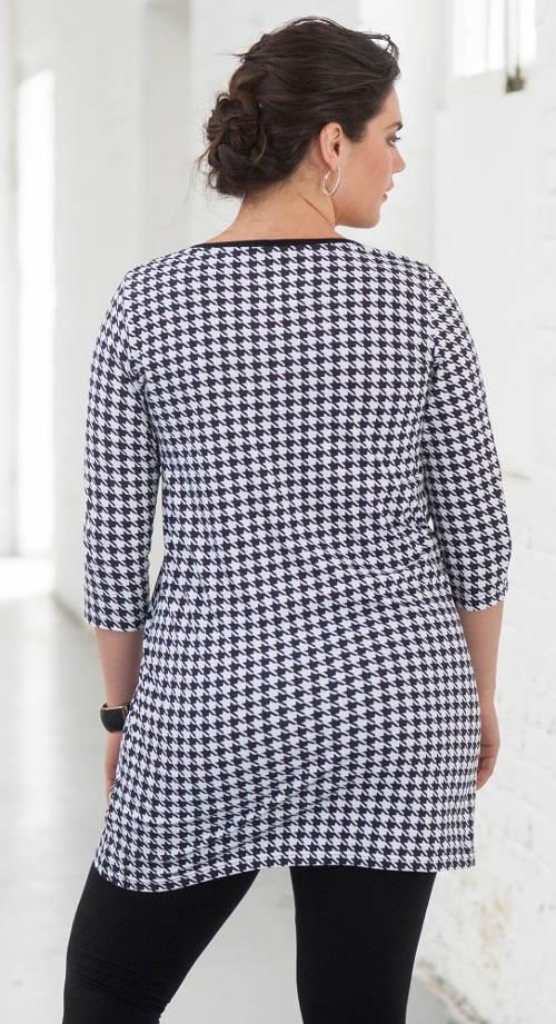Fekete-fehér hosszabb női póló