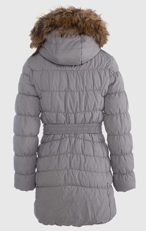 Hosszú női télikabát szőrmével a kapucniján