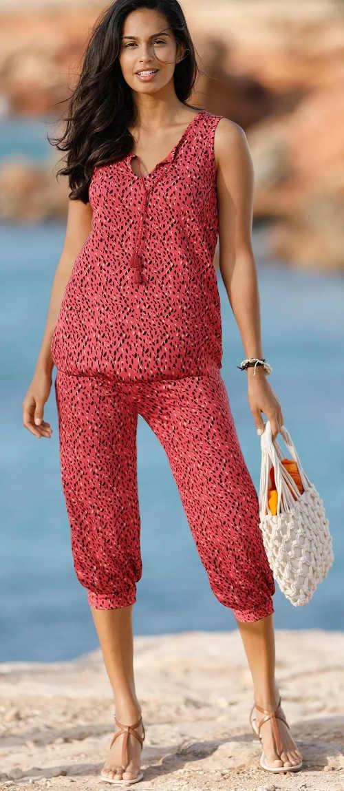 Piros, háromnegyedes nadrág szűkülő szárú nadrággal
